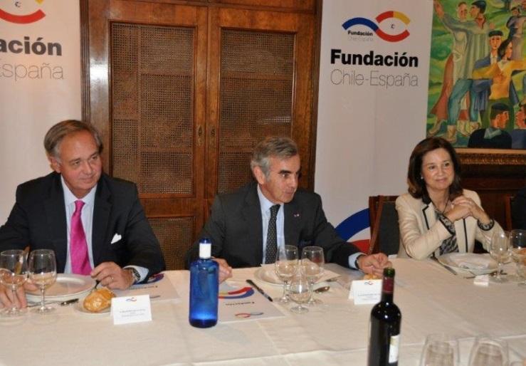 De izquierda a derecha: Alcalde de la Municipalidad de Las Condes Francisco de la Maza, Presidente de la Fundación Chile-España Alfonso Merry del Val y la Directora Ejecutiva de la Fundación Mª Ángeles Osorio.